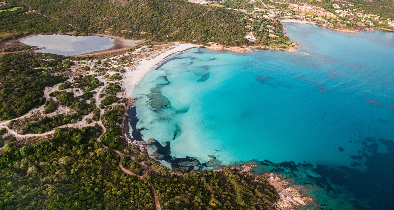 Costa smeralda spiagge sport e nightlife hotel monti for Arredi costa smeralda